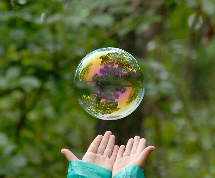 Детеныши развлекались запуском мыльных пузырей. За сим философским занятием дождь незаметно скончался и мы приступили к рыбалке. Хотя конечно при таких перепадах давления, шансы поймать капризного змееголова стремились к нулю.