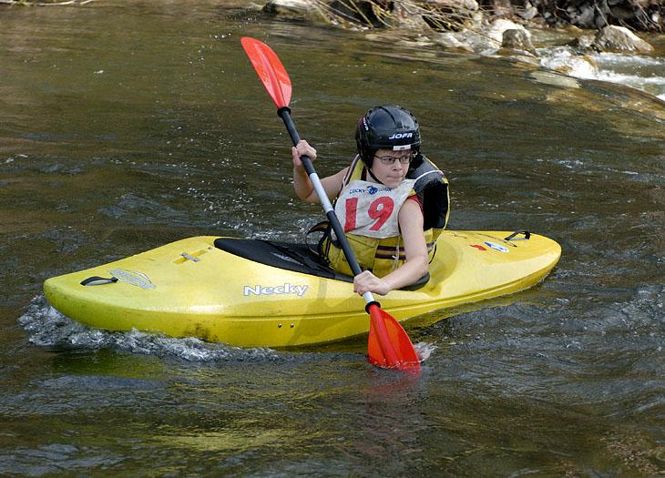 На трассу вышли малолетние каякеры. Вообще это вроде как соревнования по технике водного туризма. Суетятся судьи, галдят болельщики, плещутся участники.