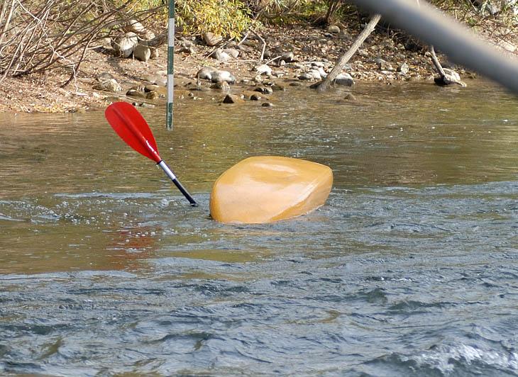 Зато как романтично вот так пускать пузыри из-под каяка. Это не только способствует аэрации воды, но и значительно повышает аппетит у местных рыб.