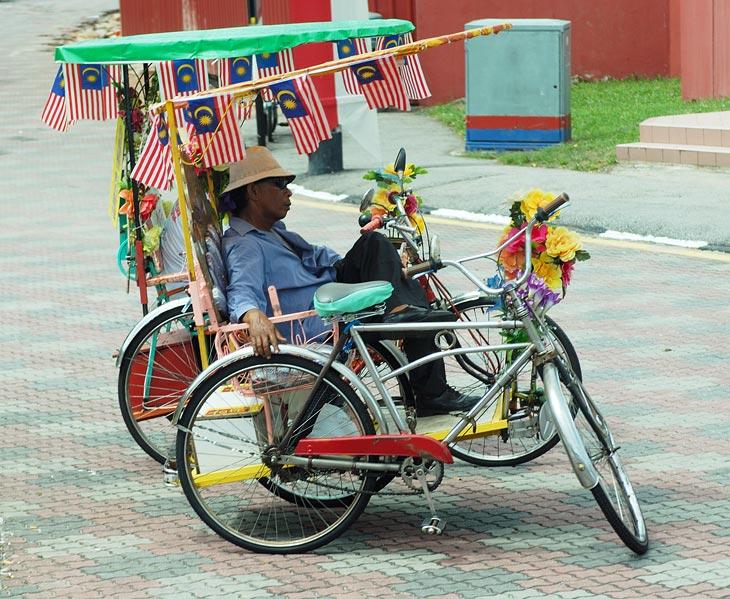 Для передвижения по городу и осмотру достопримечательностей лучше сразу взять рикшу, которые гнездятся на площади, где башня с часами. Рикши тут своеобразной конструкции, рикшевод сидит рядом с пассажиром. По сути это велосипед с               коляской. Такое расположение позволяет водителю постоянно что-то трындеть на ухо любопытному туристу, вполне заменяя хорошего гида.