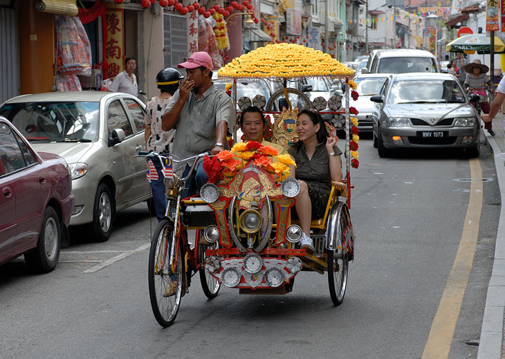 Стараясь привлечь клиентов, рикши украшают свои велоконструкции самым извращенным образом. На цветочках и бантиках тут не успокаиваются. Во многих тележках помимо дудок, пищалок, фонарей и зеркал, стоят внушительного вида               автомобильные магнитофоны с динамиками.