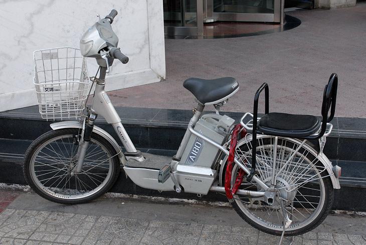 А вот это чудо технической мысли - электрический велосипед. Перемещается по ровной местности со скоростью автомобиля, при               движении под горку - аккумулятор заряжается. Возможна подзарядка от розетки. Если батарейке внезапно поплохело, тогда сам крути педали.               Ни вони, ни шума...