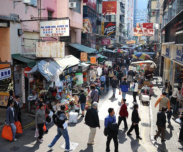 Гонконг похож на другие крупные города Юго-Восточной Азии, как похожи друг на друга номера в дешевых отелях. Впрочем, достаточно               тут и местного колорита, ради которого эта точка на карте вполне достойна пристального внимания досужего туриста.