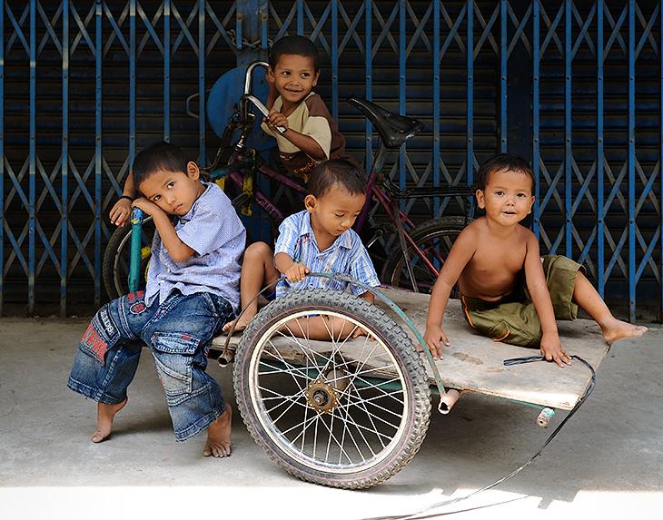 Медан - столица Северной Суматры, точнее административный центр этой индонезийской провинции. Многомиллионный, удушливый,               грязный и крайне не рекомендуемый для туристов город. Очаровывающий по-индонезийски небрежной архитектурой, пестрыми фасадами               разнокалиберных домишек, и протяжным завыванием призывающих на молитву муэдзинов.