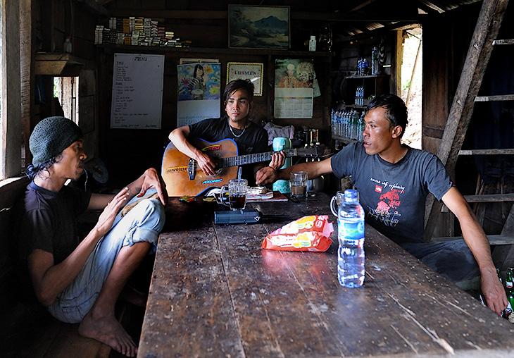 Неторопливо обсудив с гостеприимными индонезийскими товарищами международную обстановку и вопросы мировой глобализации, покинули               теплую компанию и затерянную в джунглях гостиницу. Казалось, еще чуть-чуть и остановившееся на Суматре время, качнется, заскрипит, да               пойдет назад, отсчитывая минуты и часы в замшелое прошлое.