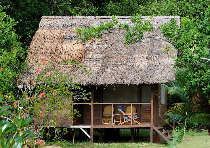 Бомжевища на райском острове представлены комфортабельными деревянными будками с традиционными крышами из пальмовых листьев.               Сквозь дощатые стены приятно дует теплый океанский бриз, внутри даже в жару свежо и уютно.