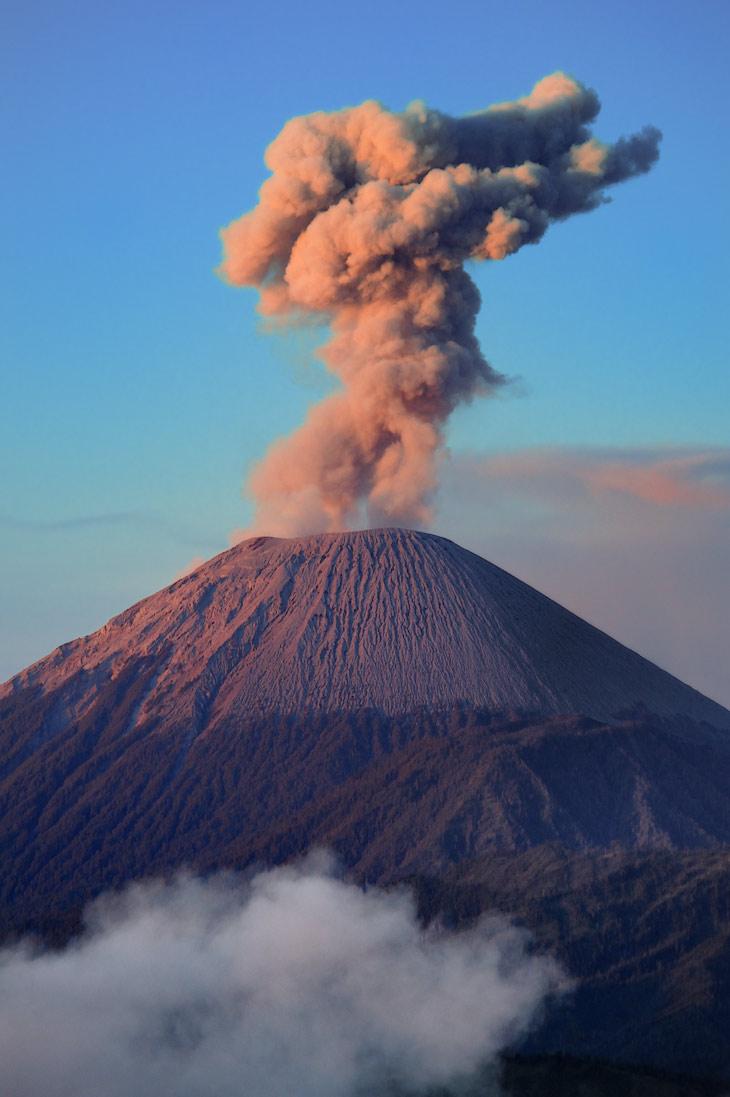 Надо сказать, что рассвет нам достался достаточно тоскливый. Лишь вулкан Семеру из уважения к присутствующим испустил густое               облако вулканической отрыжки, получившее в утренних лучах веселенькую окраску. В расстроенных чувствах погрузились мы в ископаемый Ленд               Крузер, чтобы добраться до кратеров пока солнце не достигло зенита.