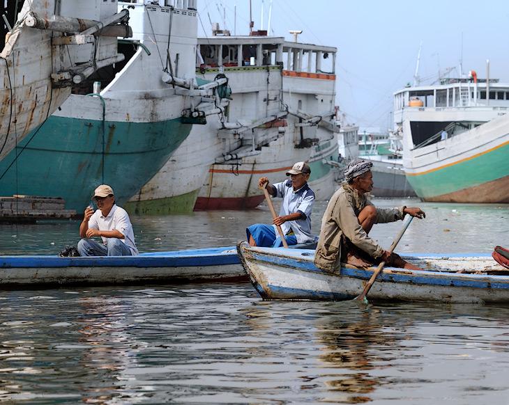 В 1942 году Батавию захватили японцы, вновь переименовав ее в Джакарту. С тех пор начался бурный рост населения, превративший               голландский городишко в многомиллионный человекомуравейник.