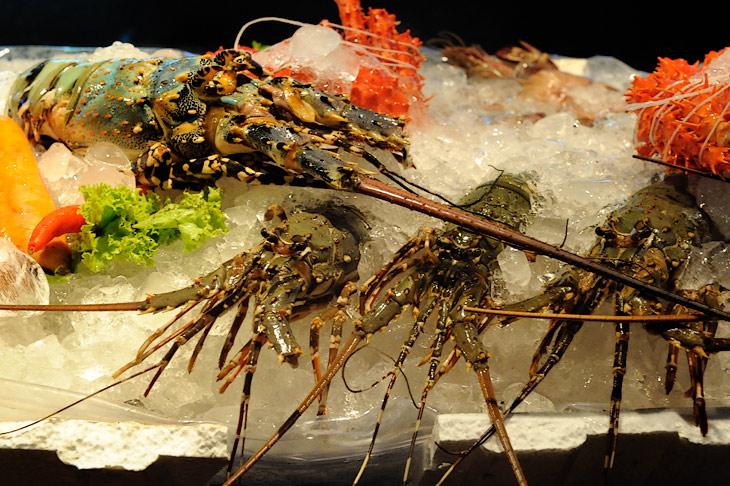 Трупики омаров и другие морепродукты скучают в длинных ваннах вдоль бесчисленных пунктов тайского общепита.