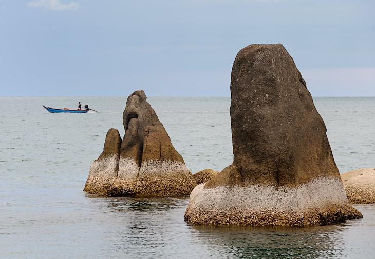 На самом острове стандартный клонированный набор южно-азиатских достопримечательностей: очередной самый большой Будда; прогулки               на слонах, генерирующих прямо на ходу большие кучи фекалий; шоу крокодилов, где, к разочарованию зрителей, так никому и не откусили               голову; обязательное фотографирование с полудохлым тигром и прочие, столь же захватывающие зрелища. Из пейзажей положено снимать камни               Бабушка и Дедушка.