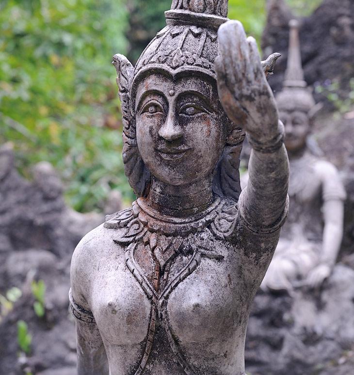 Свежеотлитые из бетона древние статуи застыли почему-то с приветственным жестом Heil Hitler!
