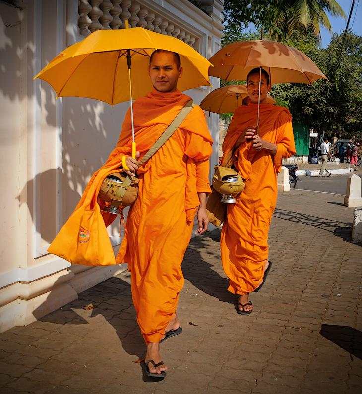 Государственной религией в Камбодже является буддизм, о чем не дают забыть постоянно встречающиеся грибообразные оранжевые фигуры.             Совершая утренний обход вверенной территории, монахи собирают с верующих дань в виде вареного риса и прочей, уже готовой к употреблению,             пищи. При этом, столичные монахи носят добычу в специальных гламурных котелках, а их собратья в провинции довольствуются стандартными             судками из нержавейки.