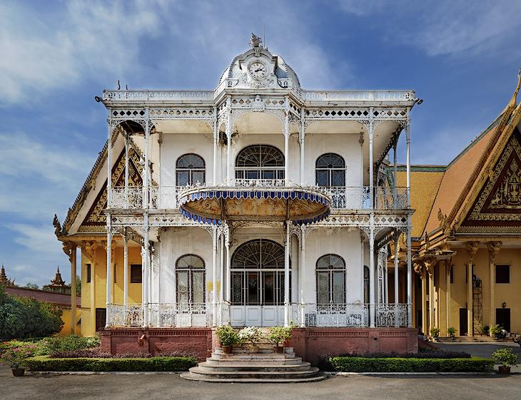 Это нелепое сооружение - железный дом, стоящий подле дворца, подарок Наполеона III. Дворец и прилегающие постройки полны столь же             бестолковыми предметами: мощеные серебряными кирпичами полы, итальянский мрамор, золотые статуи Будды, усыпанные тысячами бриллиантов.