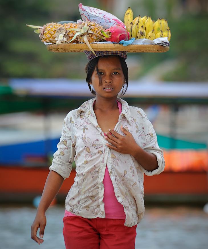 Аборигены же не отягощают свою голову пустыми мыслями, а пользуются этой самой головой по прямому назначению - носят на ней             различные грузы. Гибрид шляпы и грузовой платформы, неплохо защищающий от солнца, придает местным женщинам изящную, шваброглотательную             походку.