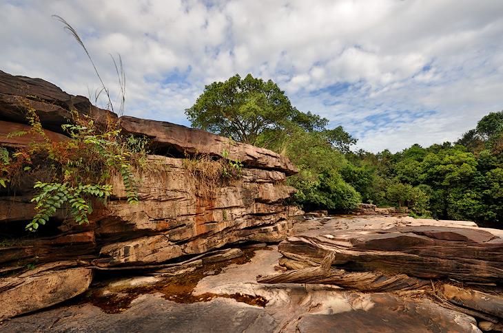 В окрестностях Сиануквиля есть водопады, пещеры, национальный парк и прочий традиционный набор мест туристического паломничества.             Разве что встречи с очередной Самой Большой Статуей Будды в этот раз удалось избежать.