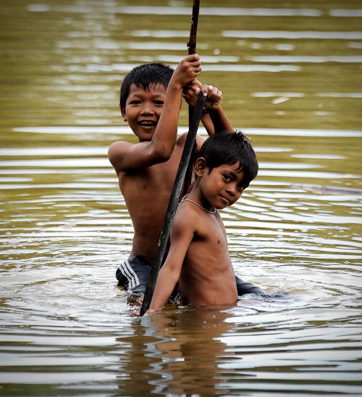 В зеленой, пахнущей болотом воде теплой лагуны, целый день мокнут многочисленные дети, коих в Камбодже принято рожать много, про запас. Получаются они тут весьма мирные и какие-то тактичные, на фоне, например, своих индонезийских             сверстников.
