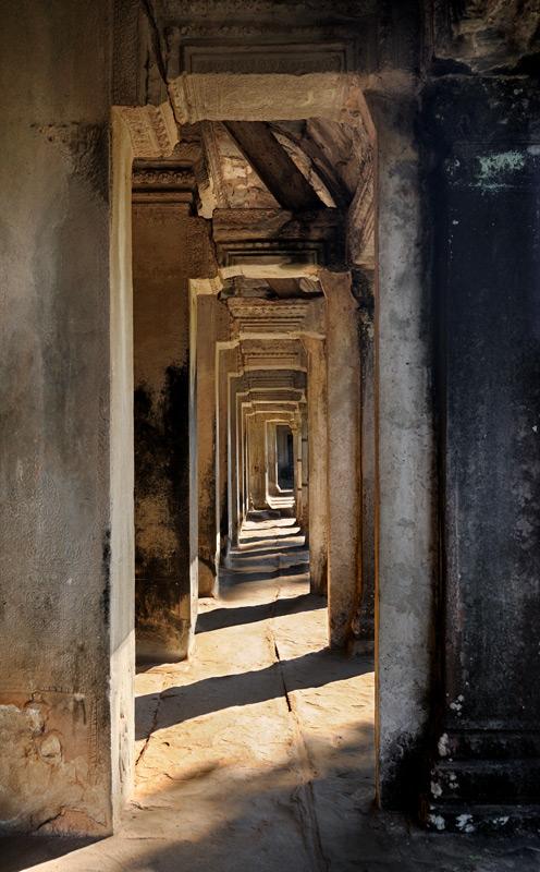 Ангкор воистину грандиозен, весь комплекс памятников занимает площадь более двухсот квадратных километров. Часть храмов еще скрыта             джунглями, другие сильно разрушены или, наоборот, приведены реставраторами в малоинтересное состояние. Впрочем, хватает еще руин,             находящихся в оптимальной стадии живописного упадка. Прогулки средь которых способны доставить удовольствие истинным ценителям стоптанной             обуви и обожженной физиономии.