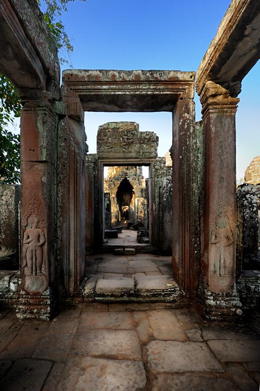 Но и наиболее известный и монументальный храм Ангкор Ват (Angkor Wat), пожалуй, менее всего оправдывает потраченное на него время.             Конечно, его стоит полностью обойти, особенно если врач прописал вам прогревания - жара быстро убьет любую бациллу в организме вместе с             желанием бродить по свежеотстроенным древностям средь бесчисленных толп себе подобных. Излишне рьяная реставрация в сочетании с прополкой             оплетавших Ангкор Ват джунглей, сделали эту знаменитость пригодной разве что для съемки черного профиля на рассвете с болотом на переднем             плане. Былое очарование сохранилось теперь лишь на старых фотографиях и рисунках.
