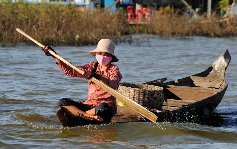 С малолетства и до глубокой старости аборигены проводят с веслом в руках. Иного способа передвижения тут просто нет.