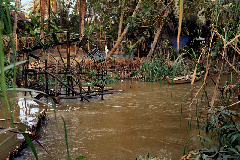 Водяное колесо для автоматической подачи воды на рисовые чеки.