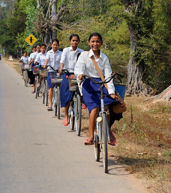 Школы большие, с обширными территориями и пафосными зданиями. Школьники съезжаются с окрестных деревень на велосипедах,             сине-белыми стайками заполняя дороги на километры вокруг.