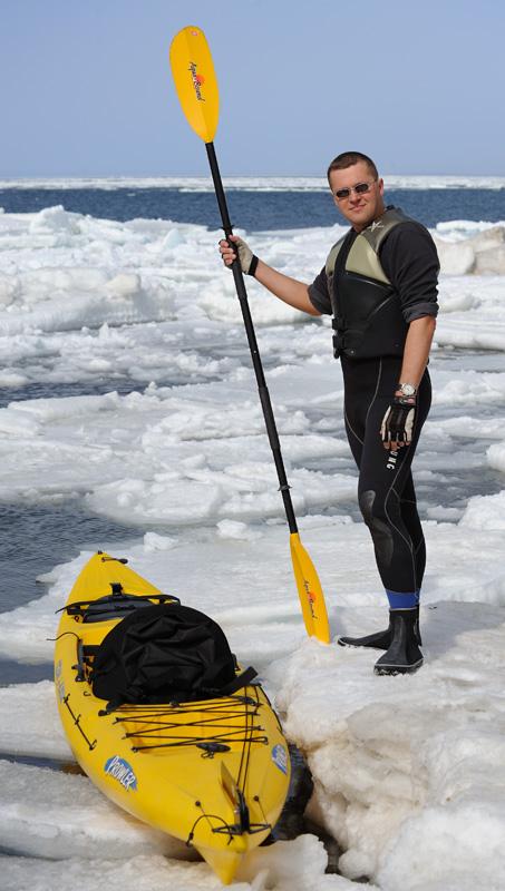 Пятничный шторм здорово переворошил лед на Маяке, согнав с насиженных лунок охотников на корюшку. Помятуя, что вода бывает или             теплая или твердая, втискиваю в гидрокостюм ожиревшее за зиму тело.