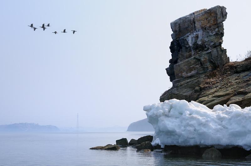 Прощальный взгляд на Владивосток исчезающий в неизвестно откуда возникшем тумане. Акватория пустынна, лишь браконьерский бот             кружит в проливе, не обращая внимания на одинокий желтый каяк.