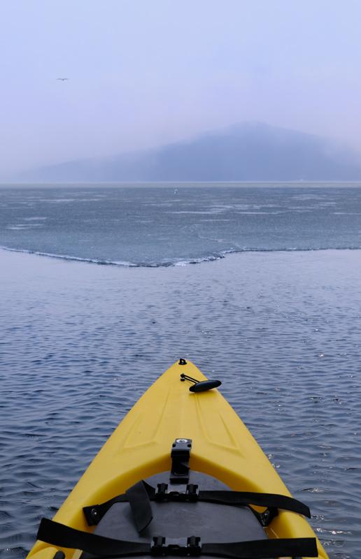 Бухты, где я планировал забомжиться на ночь, были полностью скованы льдом. По кромке льда прогуливались сомнамбулического вида             чайки, а поодаль над лунками сидели столь же флегматичные рыбаки.